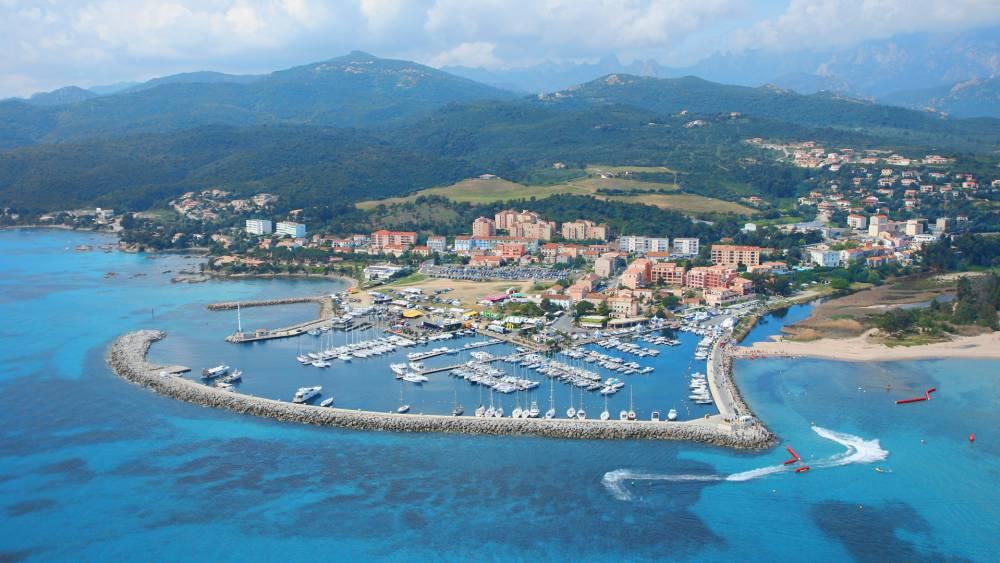 Laissez-vous séduire par une croisière en catamaran en Corse